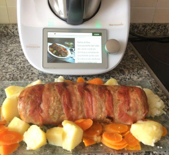 Rollo de Carne con verduras y salsa de champiñones
