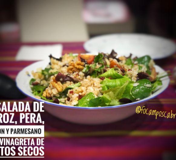 Ensalada de arroz con pera jamón y parmesano con vinagreta de frutos secos.